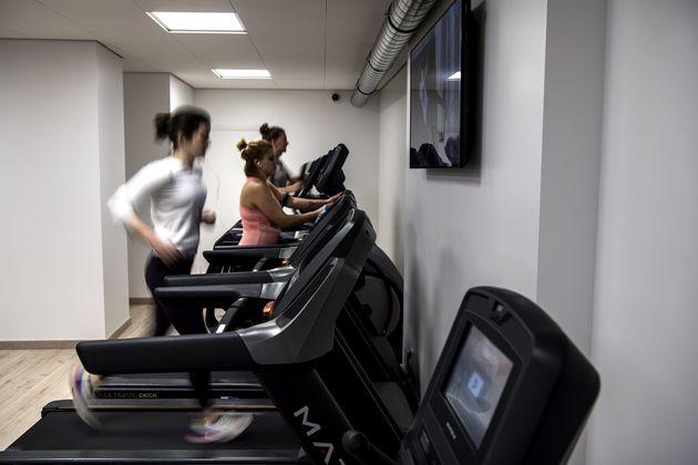 Des personnes sur des tapis de course dans une salle de sport à Paris, le 3 février