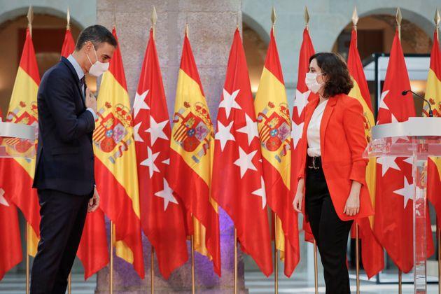 El presidente del Ejecutivo, Pedro Sánchez, y la presidenta de la Comunidad de Madrid, Isabel...