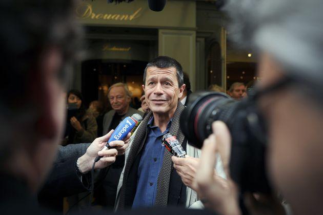 Le romancier Emmanuel Carrère arrivant au restaurant Drouant pour y recevoir le prix Renaudot pour son...