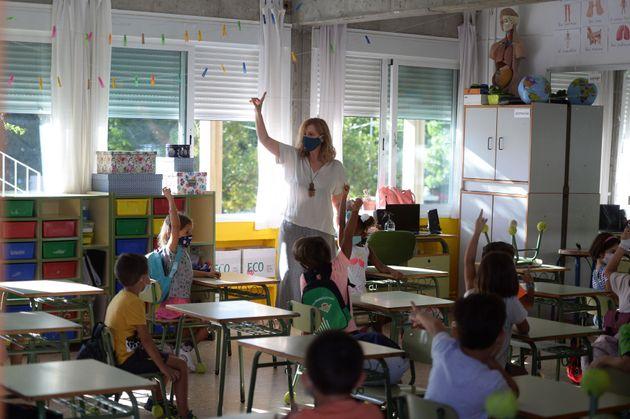 Una profesora da clase en un colegio de Mairena del Aljarafe, en