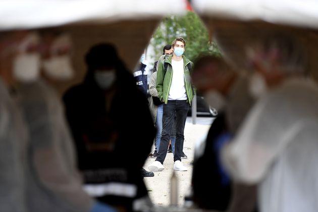 Une file d'attente à l'extérieur d'un centre de dépistage du coronavirus à Marseille, le 2 octobre 2020...