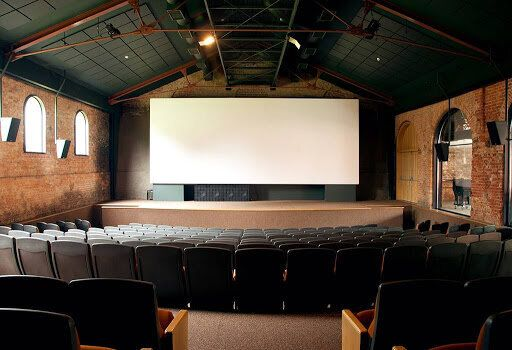 Uma das duas salas de exibição da Cinemateca, a Sala BNDES, inaugurada em 2007, é...