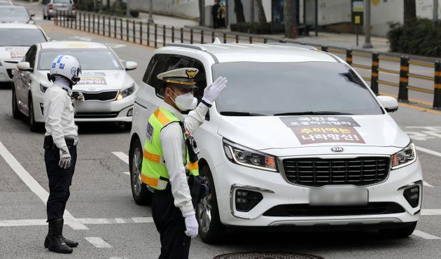 보수단체 '애국순찰팀' 회원들이 3일 오후 서울 서초구 조국 전 법무부 장관 자택 인근에서 차량을 이용한 드라이브 스루 집회를 하고
