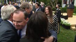 Varios contagiados repartieron abrazos y besos en un acto en la Casa Blanca hace una