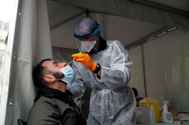 A Paris, un soignant réalise un test covid-19 le 25 septembre 2020 (Photo by Antoine Gyori/Corbis...