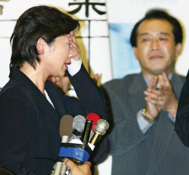 2005年の郵政選挙で、自民党公認の佐藤ゆかり氏との接戦に勝利し、安堵の表情を見せる野田聖子氏(左)=2005年9月11日、岐阜市