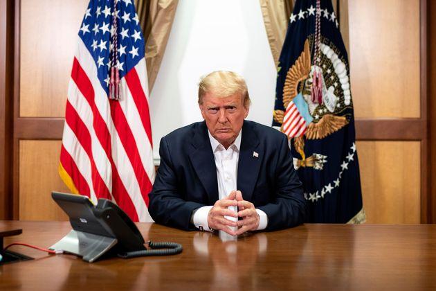 코로나19 치료를 위해 월터리드군사병원에 입원한 도널드 트럼프 대통령이 병원에서 업무를 보는 모습이라며 백악관이 공개한 사진. 트럼프 대통령은 입원 3일 만에 퇴원해 백악관으로 복귀했다....