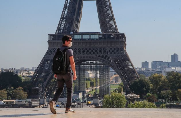 Un hombre con mascarilla camina por la plaza del Trocadero, cerca de la Torre Eiffel, el pasado
