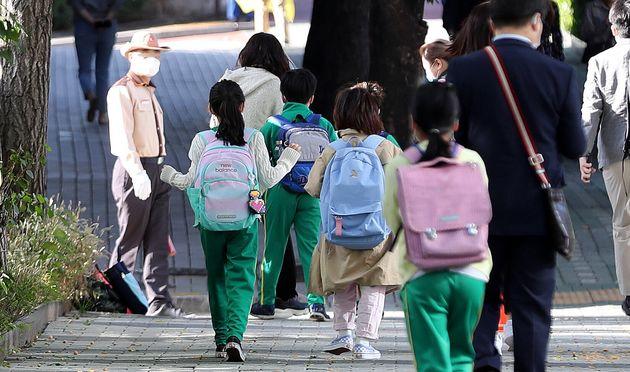 5일 추석 연휴가 끝나고 전국 학교가 등교수업을 재개한 가운데 서울 소재 한 초등학교에서 학생들이 등교하고