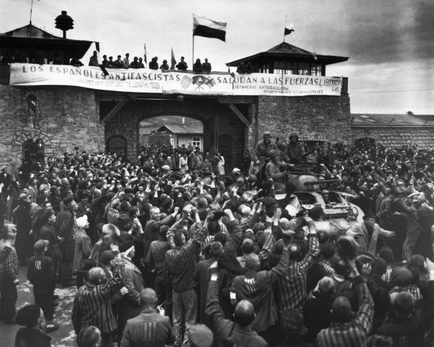 Los presos de Mauthausen dan la bienvenida a las tropas de EEUU, el 6 de mayo de 1945, con una pancarta...