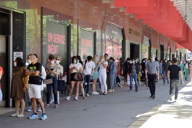 Les centres commerciaux et grands magasins peuvent rester ouverts à Paris mais... (photo prise...