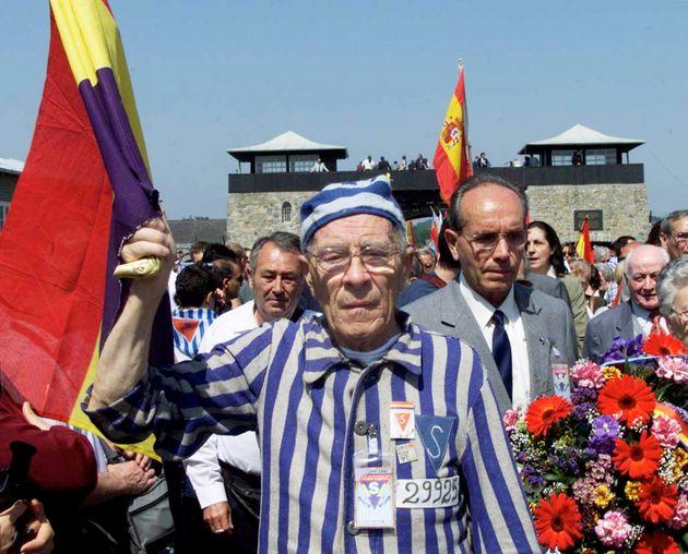 Supervivientes del campo de Mauthausen, en mayo de 2000, conmemorando la liberación del