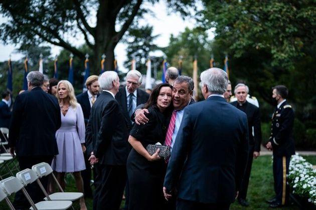 Chris Christie, el exgobernador de Nueva Jersey que aparece en la foto dando abrazos, dio positivo en...