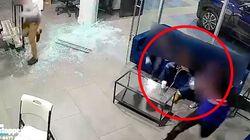 Un padre protege a sus hijos durante un tiroteo en Nueva