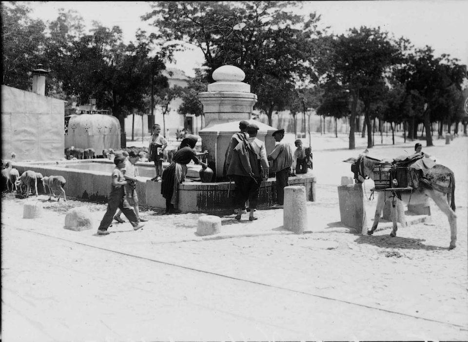 Varias personas se refrescan en el Puente de Puente de Vallecas en 1935, cuando el municipio aún no tenía
