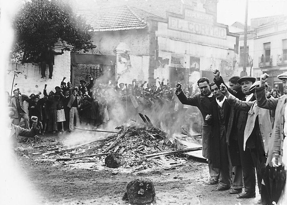 En 1936, tras la victoria del Frente Popular, algunos vecinos vallecanos que no lo han digerido queman...