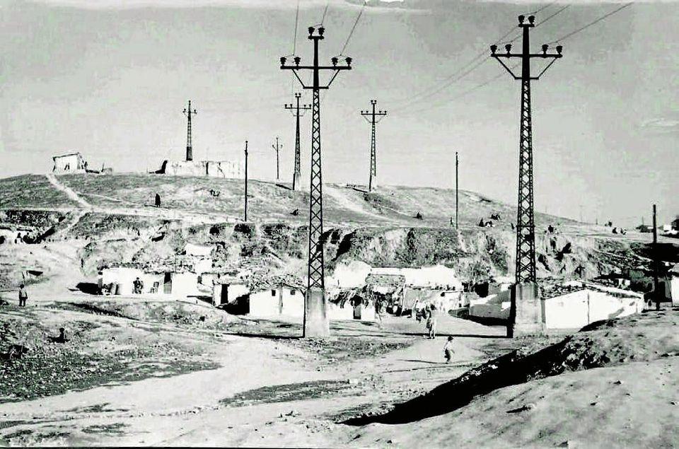 Una de las laderas del Cerro del Tío Pío en 1958. Casas bajas y cuevas excavadas en la tierra eran el...