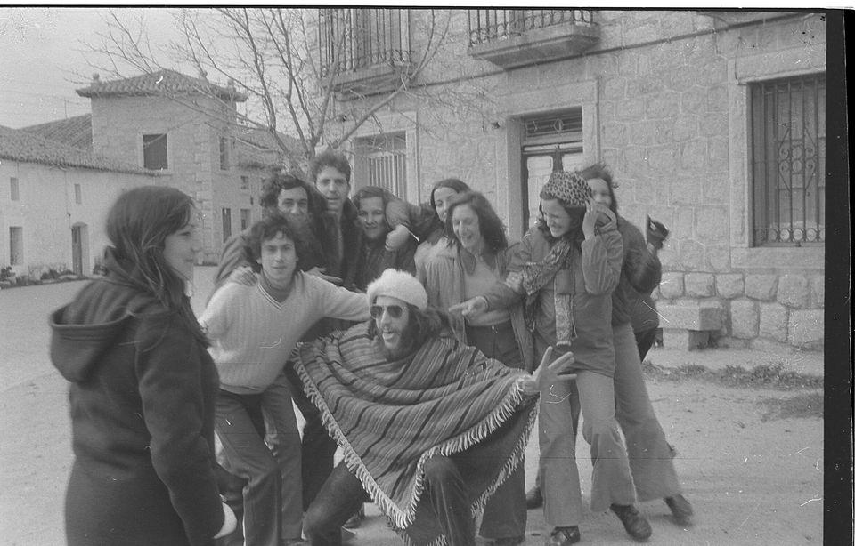 El cantautor Luis Pastor posa con poncho para una foto en