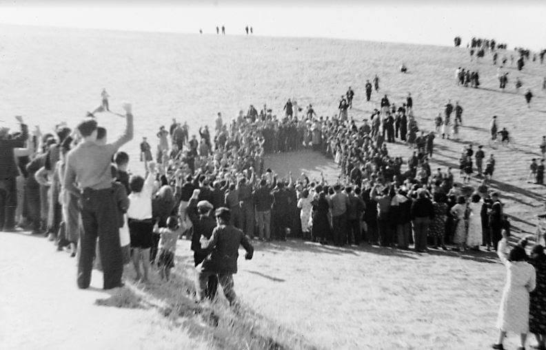 6 de noviembre de 1936. Los vecinos observan orgullosos los restos de un avión franquista de reconocimiento...