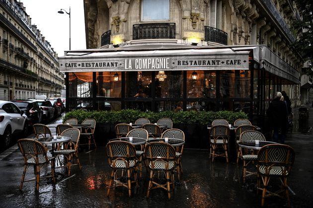 Devant un restaurant à Paris, le 5 octobre