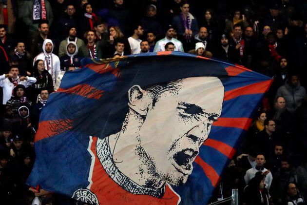 Edison Cavani sera bientôt sur les tifos de Manchester United... (ici sur un tifo lors du match...
