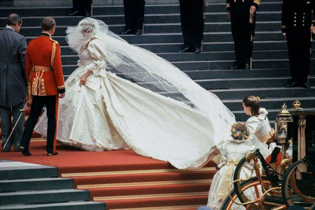 Diana, a Princesa de Gales, em seu vestido de noiva desenhado por David e Elizabeth Emanuel. Ela se casou...