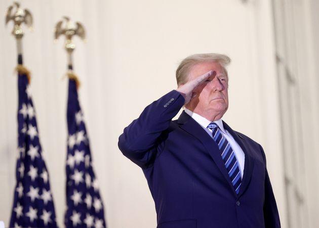 Ο Τραμπ βγάζει επιδεικτικά τη μάσκα κατά την επιστροφή στο Λευκό Οίκο και συνιστά: