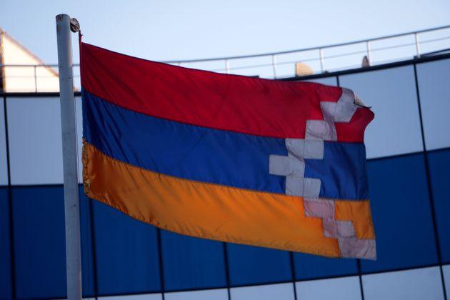 """「ナゴルノ・カラバフ共和国」の""""国旗""""。アルメニア国旗を基調に白線を加えたものだ。アルメニアの伝統と地域の人口を象徴し、同地がアルメニアから切り離された地域であることを示している。"""