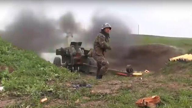 アルメニア国防省が2020年10月2日に公開したビデオより。アルメニアの軍人がアゼルバイジャンのナゴルノ・カラバフ共和国の連絡線に向けて大砲を発射してい