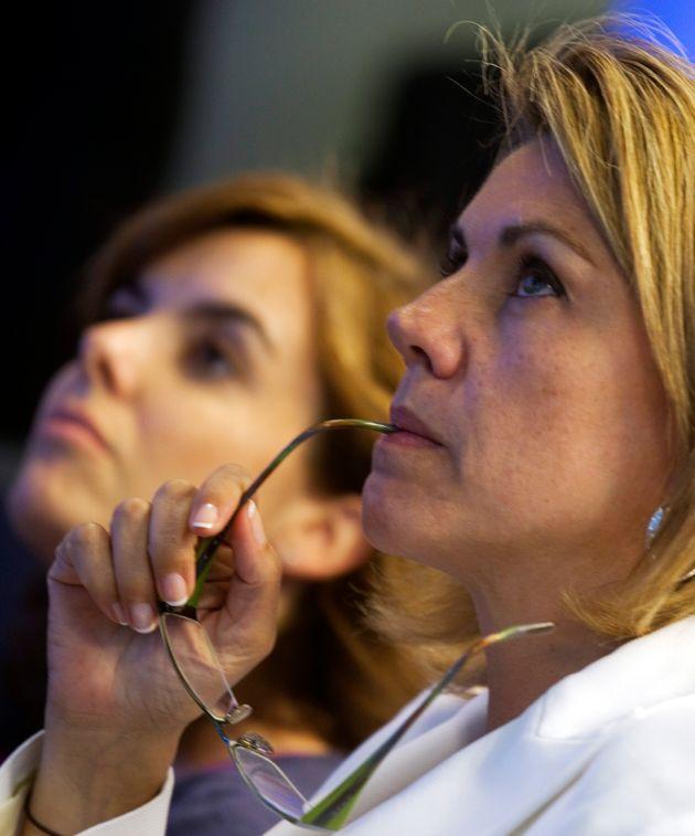 María Dolores de Cospedal y Soraya Séenz de Santamaría, escuchando a Mariano Rajoy...