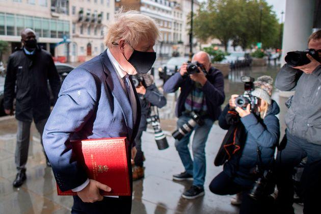 Le Premier ministre britannique Boris Johnson arrivant à la BBC le 4 octobre 2020, alors qu'un accord...