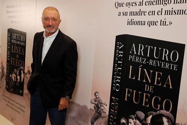 El escritor Arturo Pérez-Reverte durante la presentación en Madrid de su última...