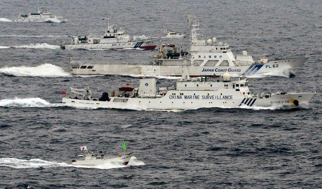 東シナ海での中国公船と海上保安庁船=2013年4月