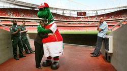 Mesut Özil va payer le salaire de la mascotte d'Arsenal qui devait être