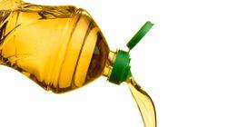 No la tires a la basura porque la anilla del tapón de la botella de aceite tiene su