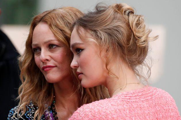 Vanessa Paradis et sa fille Lily-Rose Depp ont assisté ensemble au défilé Chanel...