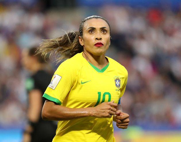 Marta, de batom vermelho, em campo na Copa da França, realizada em