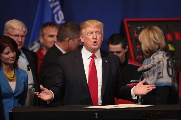 (자료사진) 도널드 트럼프 미국 대통령이 취임 첫 해인 2017년 4월18일, 전문직 취업비자(H-1B) 프로그램 심사를 강화하도록 하는 내용의 행정명령에 서명하고 있다.