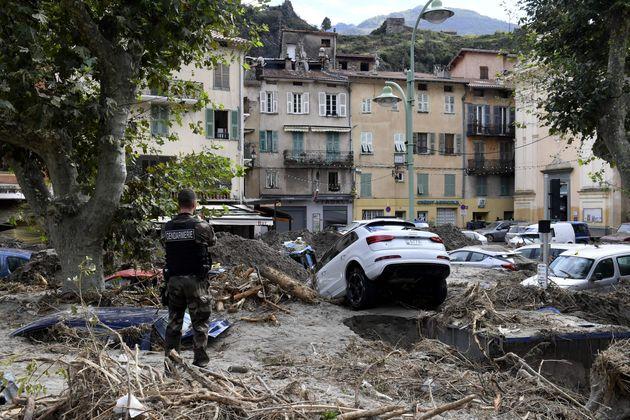 Un gendarme au milieu des dégâts causés par les crues à Breil-sur-Roya le...