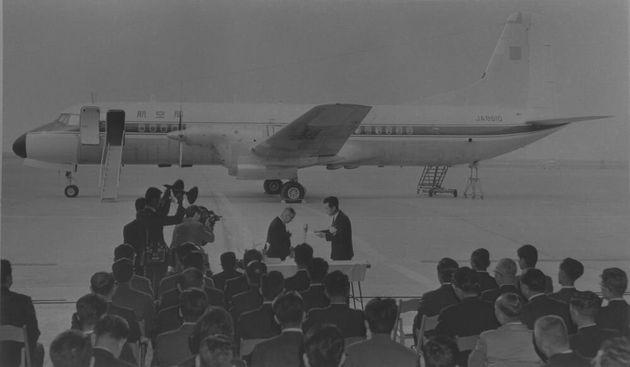 1965年3月30日、旧運輸省に引き渡されたYS-11の量産初号機=朝日新聞社所蔵