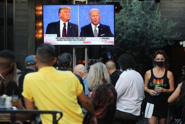 Des badauds de West Hollywood en Californie regardent le débat opposant le 29 septembre dernier Donald...