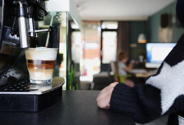 재택근무 중인 한 여성이 집에서 커피를 내리고 있다. 사센헤임, 네덜란드. 2020년