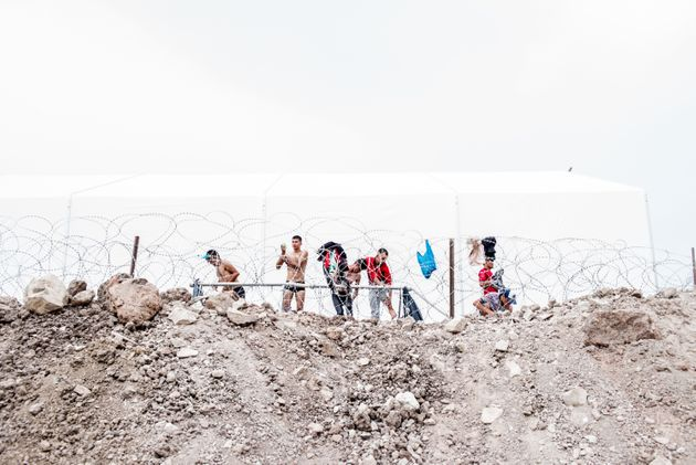 Guardian: Οι πρόσφυγες που γλίτωσαν από τη Μόρια ζουν τώρα σε πιο άθλιες