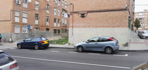 Dos coches aparcados donde cabrían