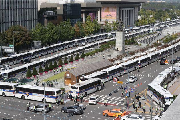 보수단체가 개천절 집회를 예고한 3일 서울 종로구 광화문 광장 일대가 펜스와 차벽으로 둘러