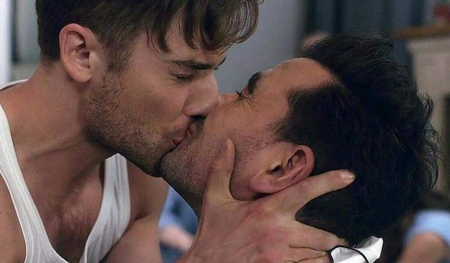 (L-R) Ted(Dustin Milligan) shares a kiss withDavid Rose (played by