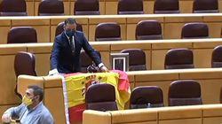 Un senador del PP recibe a Pablo Iglesias con la bandera de España, una corona y una foto del