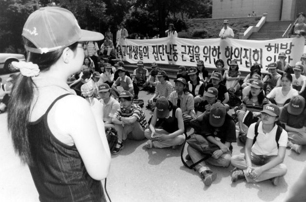 이화여대 학생들이 이화광장에서 '고대생들의 집단난동 근절을 위한 항의 집회'를 열고 있다. '해방이화'라는 문구가 눈에 띈다. 변재성 기자가