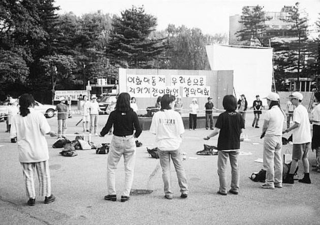이화여대 학생들이 대동제를 지키기 위해 결의대회를 하는 모습이다. 이화여대 여성위원회가 촬영했고 1997년 7월19일 <한겨레>에