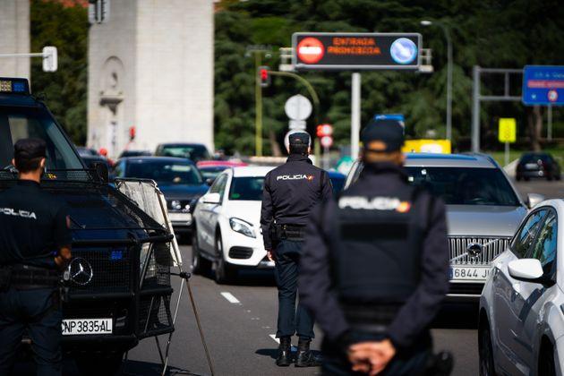 Un control policial en las carreteras de